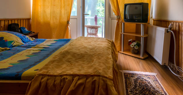 Camera cazare cu pat matrimonial